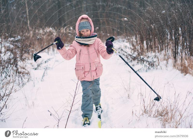 fröhliches Kind Mädchen Skifahren im Winter Schneewald Freizeit & Hobby Ferien & Urlaub & Reisen Abenteuer Winterurlaub Skier Jugendliche Landschaft Wald wild