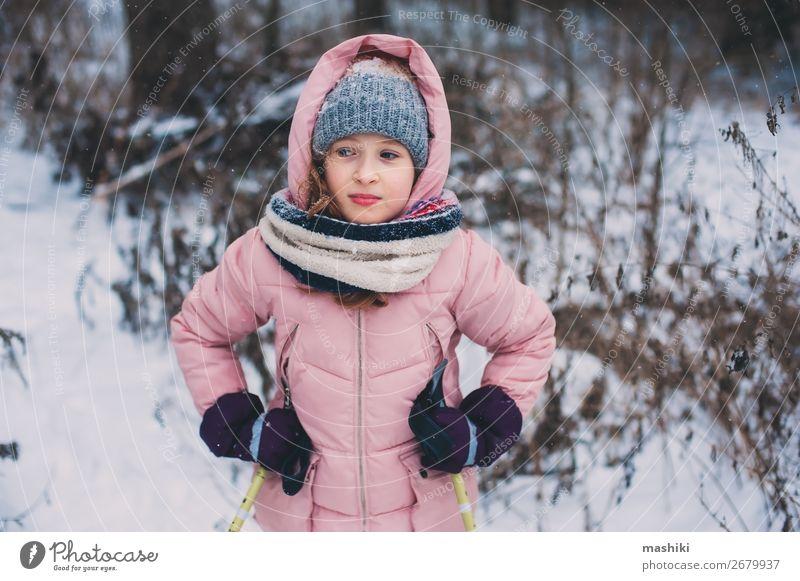 fröhliches Kind Mädchen Skifahren im Winter Schneewald Freude Freizeit & Hobby Ferien & Urlaub & Reisen Abenteuer Sport Jugendliche Landschaft Wald wild