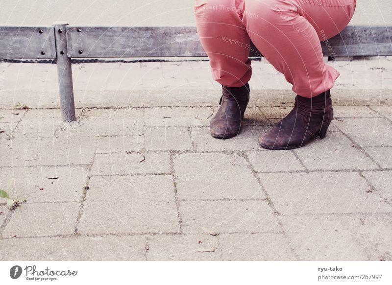 dein bein isch verdreht! feminin Junge Frau Jugendliche 1 Mensch 18-30 Jahre Erwachsene Hose Stiefel sitzen retro mehrfarbig Stab Boden Erholung rosa Muster