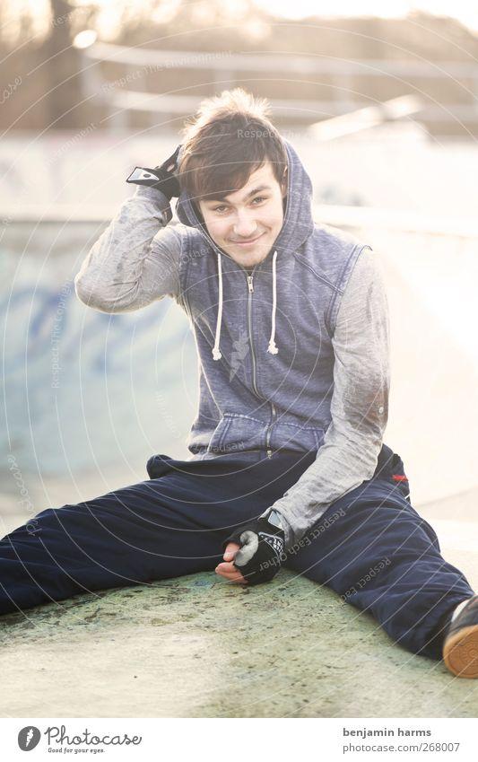 Was´n Tag Mensch Jugendliche Erwachsene sitzen 18-30 Jahre Pause Junger Mann Lächeln einzeln Gelassenheit sportlich Sympathie Freizeitbekleidung Kapuzenjacke