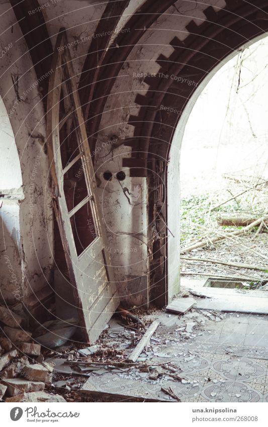 aus den angeln heben alt Haus Umwelt Fenster Wand Mauer Gebäude Tür dreckig kaputt bedrohlich Vergänglichkeit Tor Vergangenheit Verfall Ruine