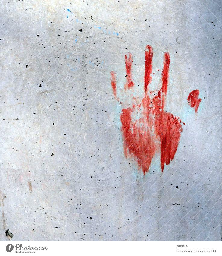 der liebe Nachbar ist zurück Hand Finger Mauer Wand dreckig rot Angst Entsetzen Todesangst gefährlich Abdruck Mord Kriminalität Farbfoto Außenaufnahme
