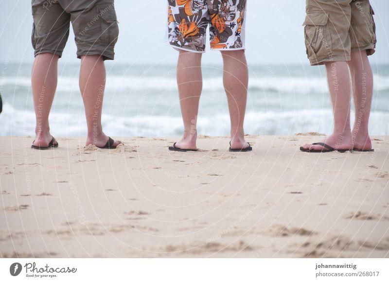 alter strand Ferien & Urlaub & Reisen Sommer Sommerurlaub Meer Wellen Mensch Junger Mann Jugendliche Leben Beine 3 Flipflops Sand stehen Farbfoto