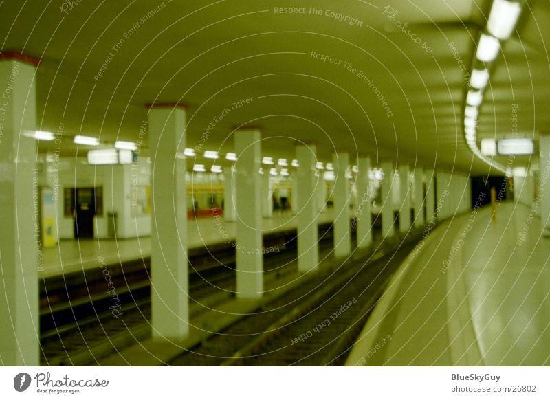 come in dunkel Architektur Gleise Tunnel U-Bahn Bahnhof Untergrund Verkehrsmittel