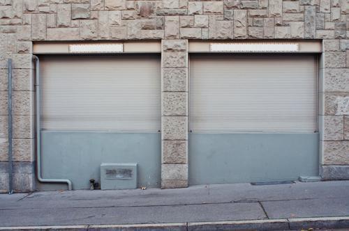 Rollladen Handel Kleinstadt Stadt Fußgängerzone Gebäude Mauer Wand Fassade Fenster alt grau Ende Endzeitstimmung Fensterladen Ladenfront geschlossen zu