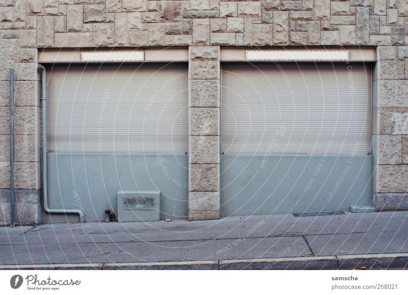 Rollladen Stadt alt Fenster Wand Gebäude Mauer grau Fassade leer geschlossen Ende Handel Kleinstadt verkaufen schließen Fensterladen