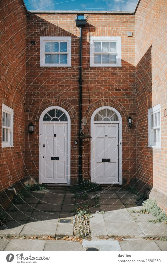 Englische Hausfassade aus Ziegelstein Stil England Europa Dorf Stadt Gebäude Architektur Mauer Wand Fassade Fenster Tür rot weiß Symmetrie Tradition Briten
