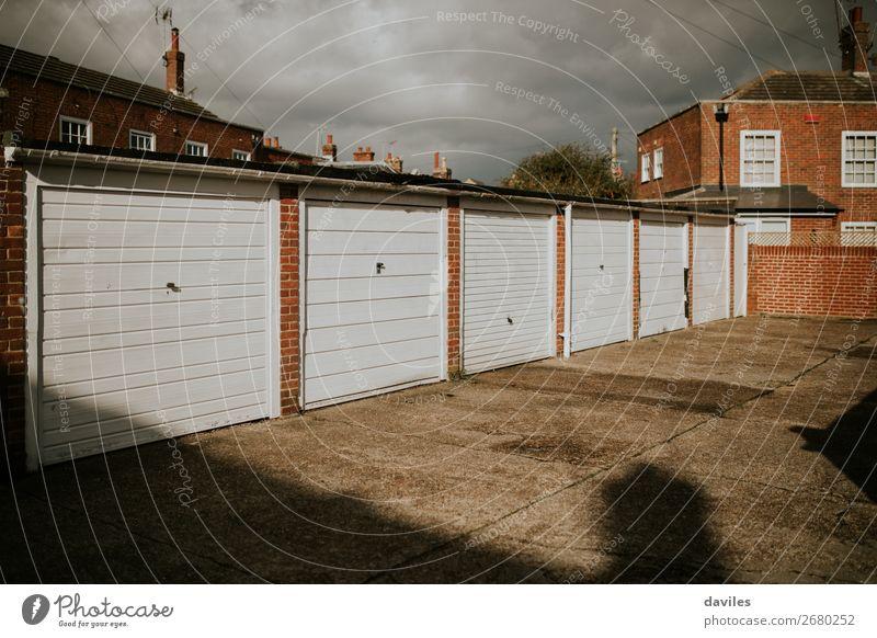 Garagentore für Wohnräume. Design Haus Wolken England Europa Dorf Stadt Parkhaus Gebäude Architektur Mauer Wand Fassade Tür weiß Fahrweg heimwärts industriell