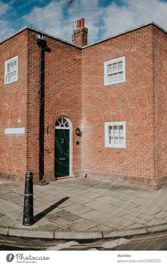 Traditionelle Hausfassade in England. kaufen Wohnung Hausbau Europa Dorf Stadt Gebäude Architektur Mauer Wand Fassade Tür Straße Backstein braun orange rot weiß