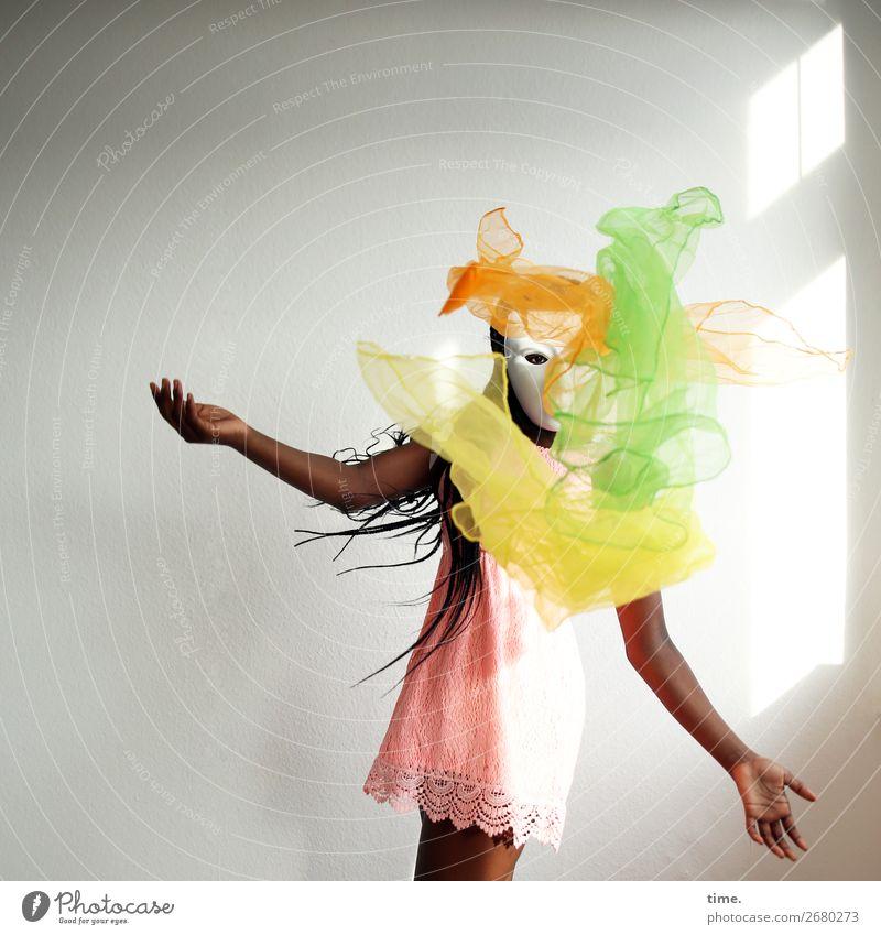 Zaubertrick mit Schwebstoffen Raum feminin Mädchen 1 Mensch Kunst Theaterschauspiel Tanzen jonglieren Maske Zauberei u. Magie Kleid Stoff schwarzhaarig