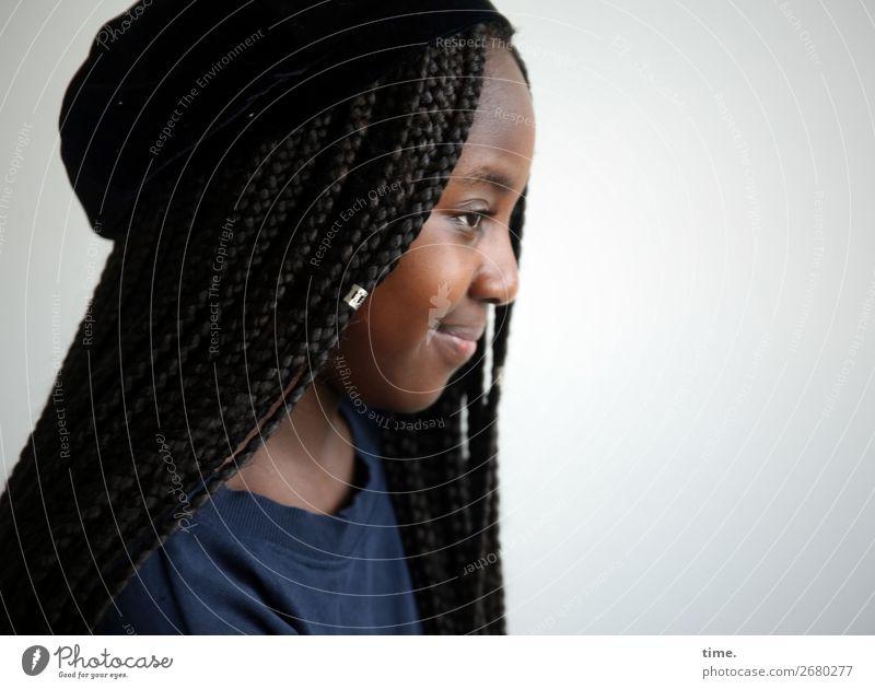 Gloria feminin Mädchen 1 Mensch Pullover Schmuck Mütze schwarzhaarig langhaarig Afro-Look braids beobachten Lächeln Blick Freundlichkeit schön Wachsamkeit Leben