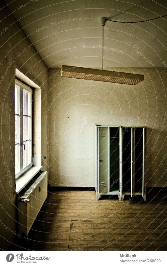 nur noch wir. Fenster alt braun Schrank Spind Deckenlampe Heizung Einsamkeit Leerstand Farbfoto Innenaufnahme Menschenleer Tag Starke Tiefenschärfe