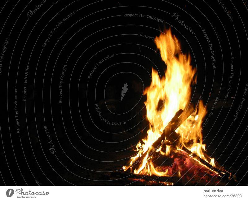 Feuer Nacht brennen Holz dunkel Brand Feuerstelle