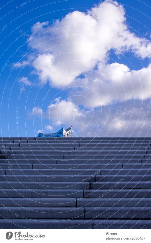 ein bisschen Harmonie Himmel Wolken Schönes Wetter Hamburg Hafenstadt Menschenleer Architektur Elbphilharmonie Treppe Sehenswürdigkeit Wahrzeichen Linie Spitze