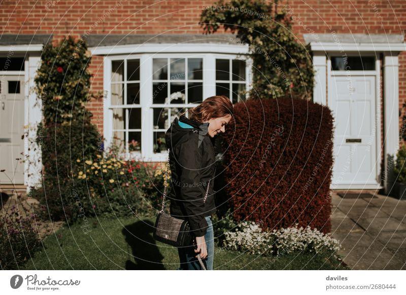 Mensch Jugendliche Junge Frau weiß Sonne Haus Freude Straße Lifestyle Erwachsene Wand feminin Gebäude Garten Mauer Fassade