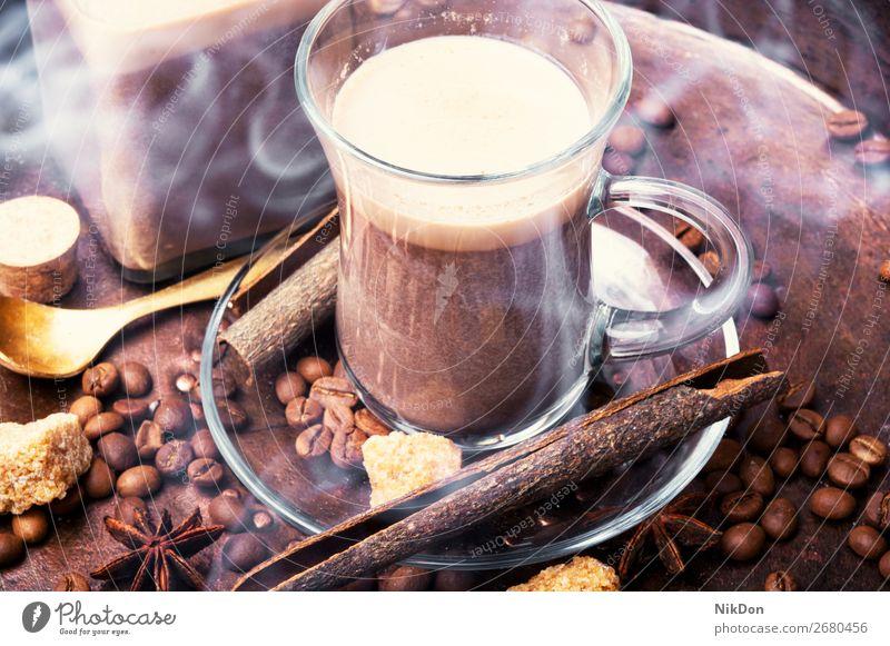 Heisse Kaffeetasse mit Kaffeebohnen trinken Bohne Espresso braun Café Tasse Koffein Aroma heiß dunkel Morgen Becher gebraten Getränk altehrwürdig Latte Mokka
