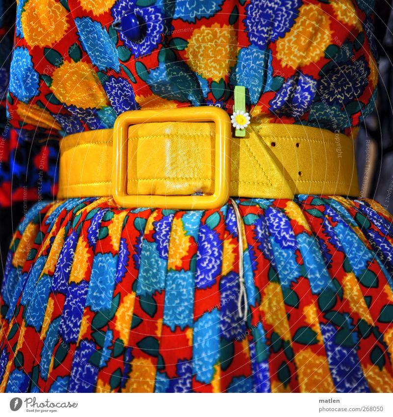 die Luft anhaaalten... Mode Kleid Stoff Gürtel blau gelb rot Taille Blume Statue Faltenwurf Farbfoto mehrfarbig Innenaufnahme