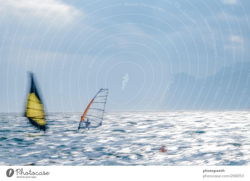 Windsurfer in Torbole, Gardasee 02 Natur blau Wasser Sport Berge u. Gebirge Bewegung Horizont braun Wellen Geschwindigkeit Alpen Seeufer sportlich Dynamik Dunst Sportler