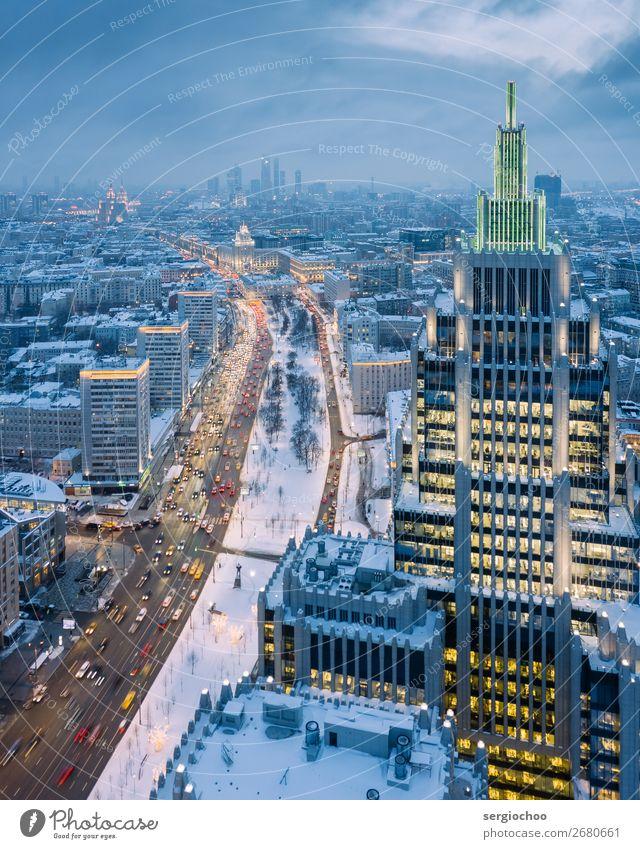auf der Schulter des Riesen stehend. Moskau Russland Europa Stadt Hauptstadt Stadtzentrum Skyline überbevölkert Hochhaus Turm Architektur Verkehr Ampel schön