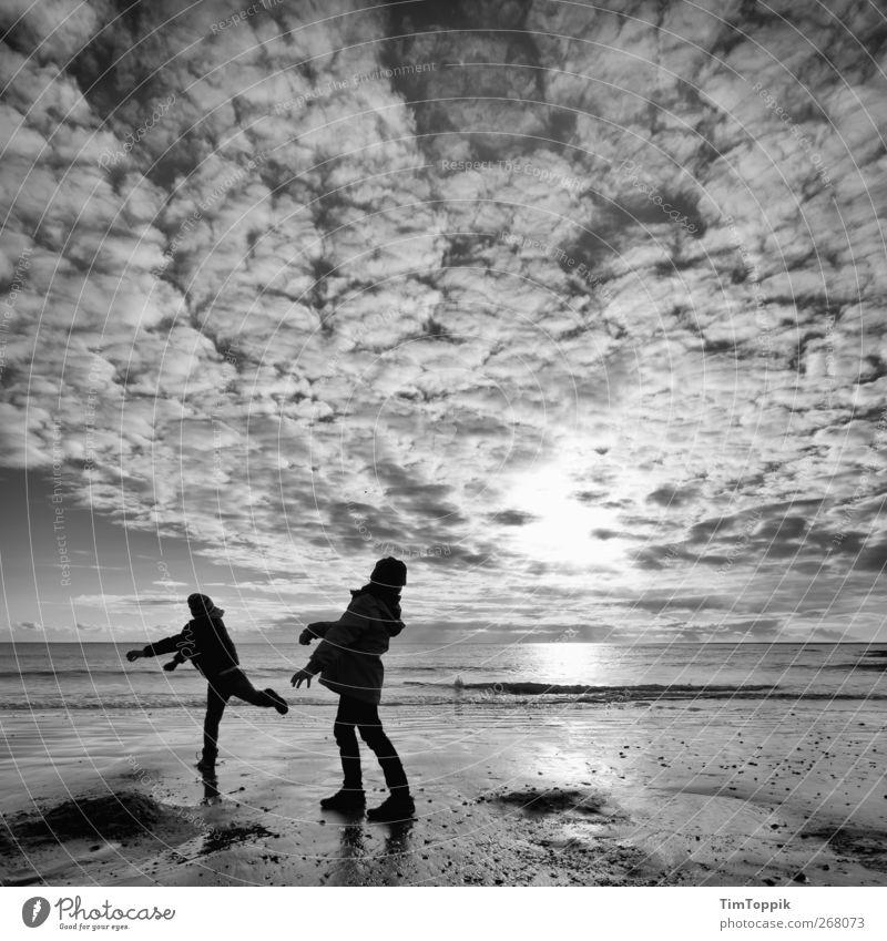 Borkum Bounce #6 Himmel Ferien & Urlaub & Reisen Meer Strand Freude Wolken Erholung Ferne Spielen Horizont Nordsee werfen Unbeschwertheit Abendsonne Meerwasser