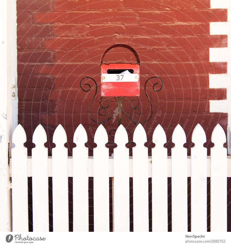 Schreib mal wieder! harmonisch Häusliches Leben Wohnung Haus Bauwerk Gebäude Mauer Wand Fassade Briefkasten Holz Backstein Ziffern & Zahlen ästhetisch