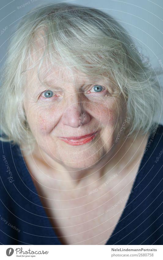 Lebensfreude im Alter Frau Mensch alt blau weiß rot Freude schwarz Gesundheit Lifestyle Senior feminin Gefühle Glück Kopf Häusliches Leben