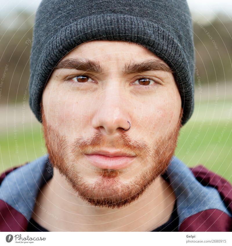 Cooler gutaussehender Typ mit Piercing Lifestyle Stil Körper Leben Erholung Mensch maskulin Junge Mann Erwachsene Mode Hemd Hut Vollbart Denken stehen warten