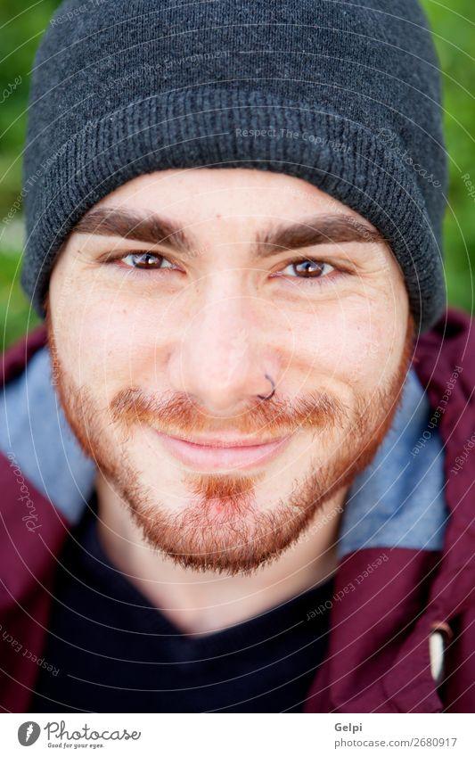 Cooler, gutaussehender Typ mit durchdringendem Lächeln. Lifestyle Stil Glück Körper Leben Erholung Mensch maskulin Junge Mann Erwachsene Mode Hemd Piercing Hut
