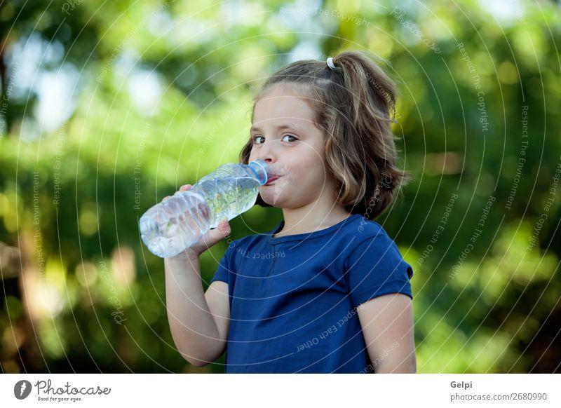 Süßes kleines Mädchen mit Wasserflasche Getränk Flasche Lifestyle Glück schön Freizeit & Hobby Sommer Kind Mensch Frau Erwachsene Kindheit Hand Natur Park blond