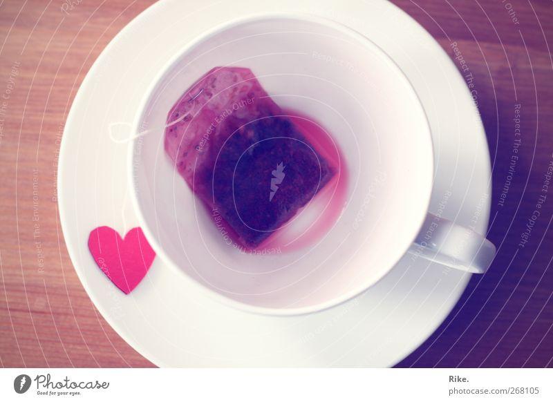 Eine Tasse Liebe. rot ruhig Erholung Gefühle Freizeit & Hobby Herz Tisch Getränk Lifestyle Pause Romantik Vergänglichkeit trinken Kitsch Sehnsucht