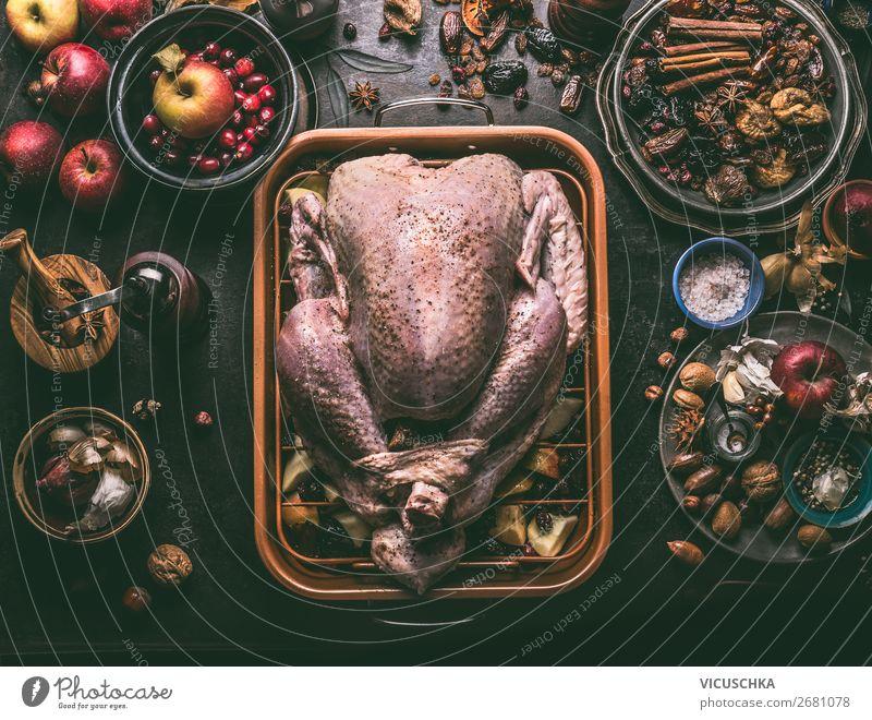 Roher ganzer Truthahn gefüllt mit Trockenfrüchten und Äpfeln Lebensmittel Fleisch Frucht Kräuter & Gewürze Ernährung Festessen Bioprodukte Slowfood kaufen Stil