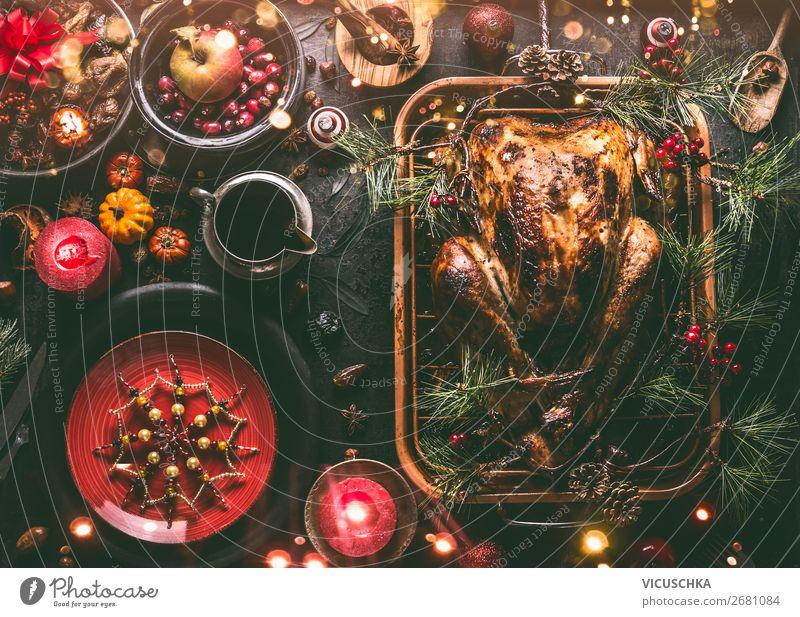 Weihnachtsessen mit gebratenem Truthahn Lebensmittel Fleisch Ernährung Festessen Geschirr Teller Besteck kaufen Stil Design Winter Tisch Party Veranstaltung
