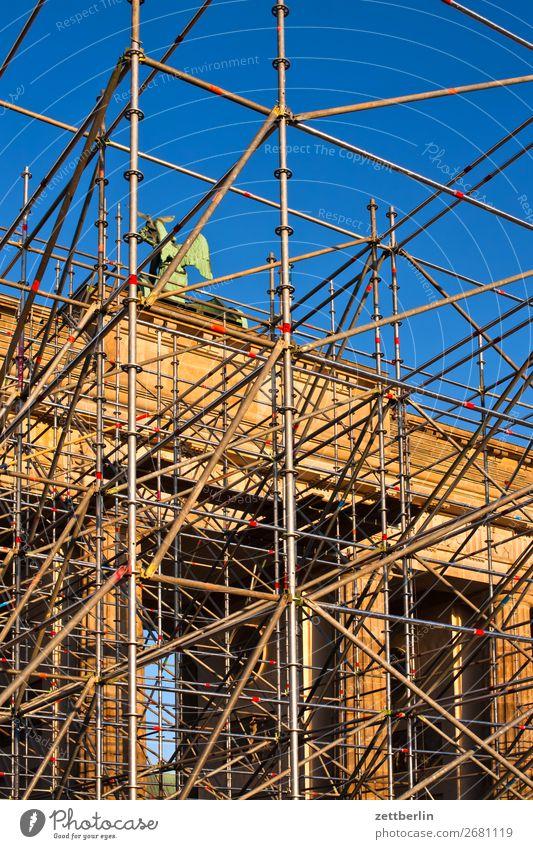 Brandenburger Tor Architektur Baustelle Baugerüst Bühne Veranstaltung Berlin Großstadt Deutschland Froschperspektive Gerüst Hauptstadt Himmel Himmel (Jenseits)