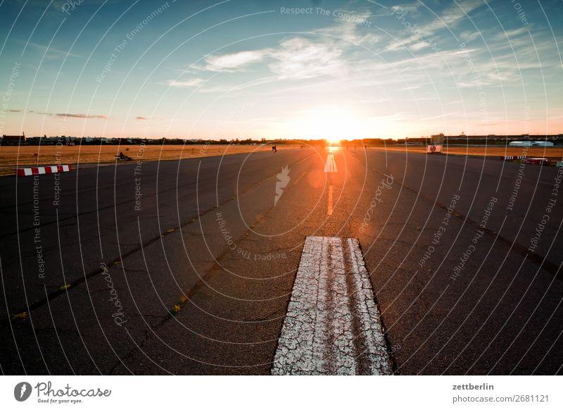Flughafen Tempelhof Abenddämmerung Berlin Dämmerung Farbenspiel Feierabend Ferne Flugplatz Himmel Himmel (Jenseits) Horizont Menschenleer Romantik Perspektive