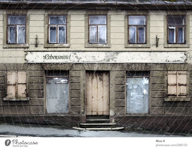 "Tante Emma: ""Ich bin dann mal weg"" alt Stadt Haus Fenster Lebensmittel Tür Fassade geschlossen dreckig Schilder & Markierungen Schriftzeichen kaputt trist Vergänglichkeit Verfall Ladengeschäft"