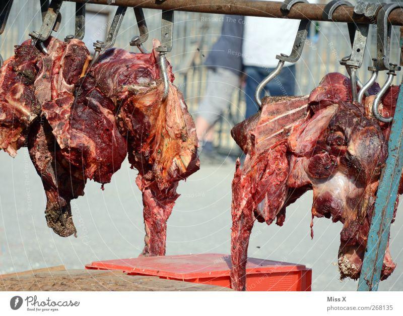 Festmahl Lebensmittel Fleisch hängen Fleischskandal Fliege Metzgerei Blut Rindfleisch Haken verdorben Futter Farbfoto Außenaufnahme Menschenleer