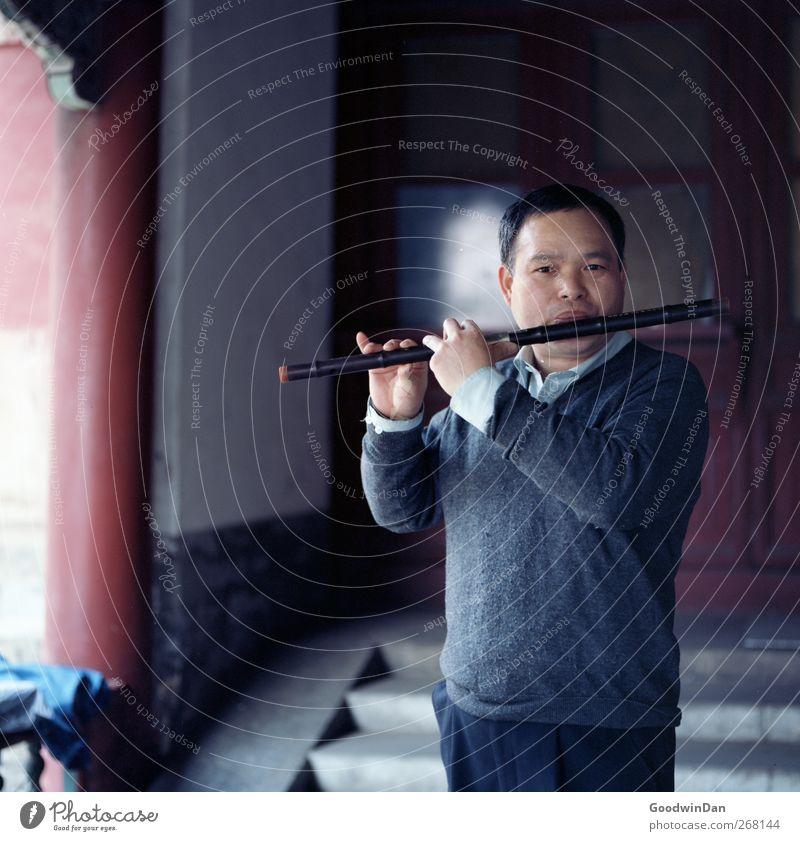 Putting meaning into life. Mensch maskulin Mann Erwachsene 1 Peking Stadt Stadtzentrum Altstadt Mauer Wand Fassade Sehenswürdigkeit Wahrzeichen Flöte