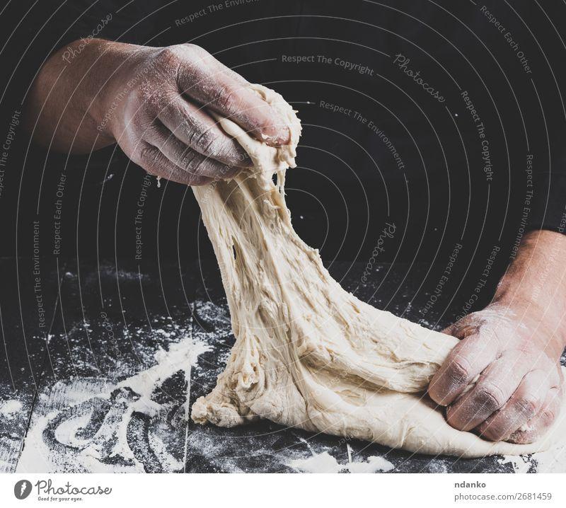 männliche Hände ersetzen weißen Weizenmehlteig Teigwaren Backwaren Brot Ernährung Küche Koch Mann Erwachsene Hand 30-45 Jahre Holz machen schwarz Tradition