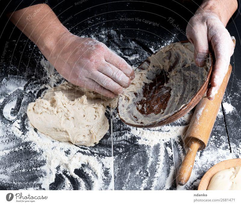 Männerhände kneten Weizenweißmehlteig Teigwaren Backwaren Brot Ernährung Teller Tisch Küche Koch Mann Erwachsene Holz machen schwarz Tradition Mahlzeit