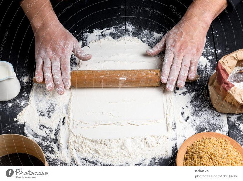 verfahren zur herstellung von teig durch männliche hände Teigwaren Backwaren Brot Tisch Küche Mensch Hand 30-45 Jahre Erwachsene Sieb machen schwarz weiß