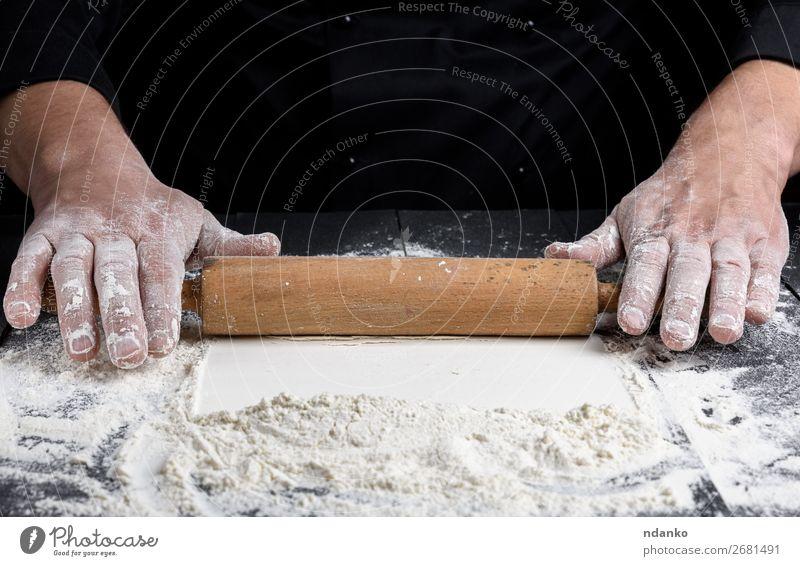 Holznudelholz in männlichen Händen Teigwaren Backwaren Brot Tisch Küche Koch Mensch Hand machen schwarz weiß rollierend Pizza Mehl Stecknadel Bäckerei