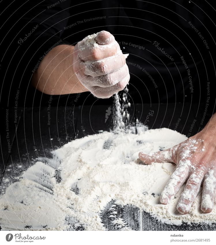 weißes Weizenmehl auf einem schwarzen Holztisch Teigwaren Backwaren Brot Tisch Küche Arbeit & Erwerbstätigkeit Koch Mensch Hand machen dunkel frisch nass Kneten