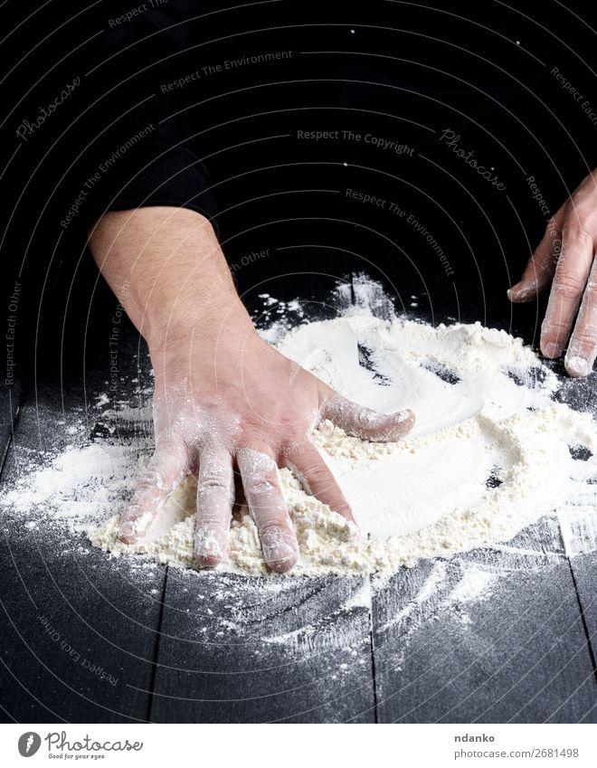 weißes Weizenmehl auf einem schwarzen Holztisch Teigwaren Backwaren Brot Tisch Küche Arbeit & Erwerbstätigkeit Koch Mensch Hand machen dunkel Mehl Bäcker