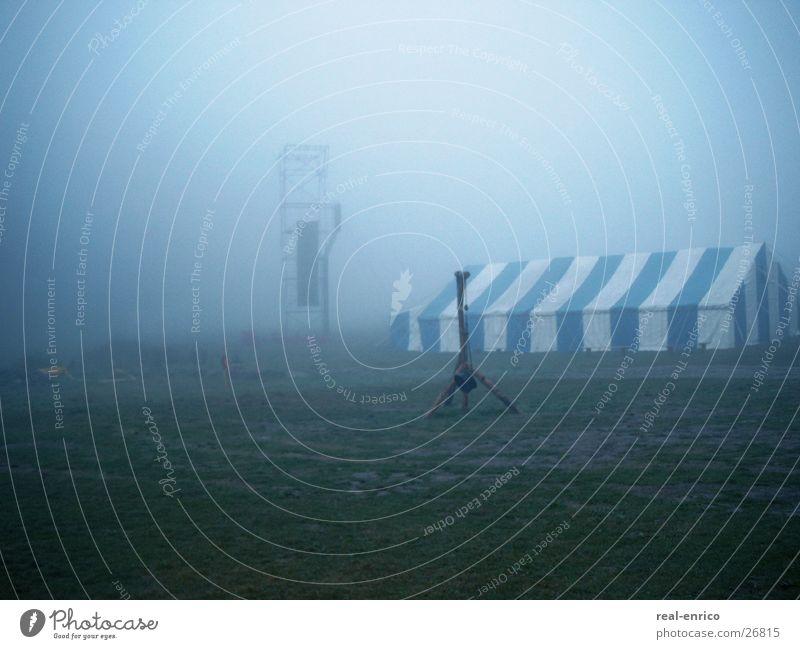 Landschaft im Nebel Wiese Zelt dunkle Stimmung