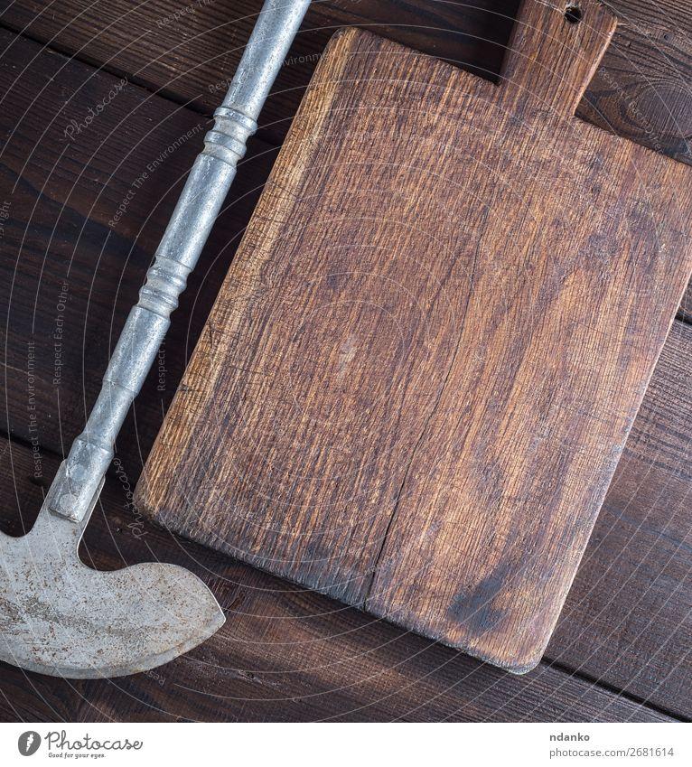 Eisenbeil zum Schneiden von Fleisch oder Gemüse Messer Küche Werkzeug Holz Metall Stahl Rost alt dreckig retro braun Antiquität Hintergrund Klinge Holzplatte