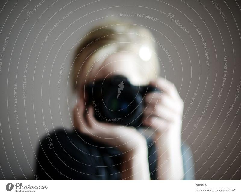 Haltungsnote Mensch 1 blond festhalten Fotografie Fotografieren Fotokamera Farbfoto Gedeckte Farben Reflexion & Spiegelung Unschärfe Blick in die Kamera