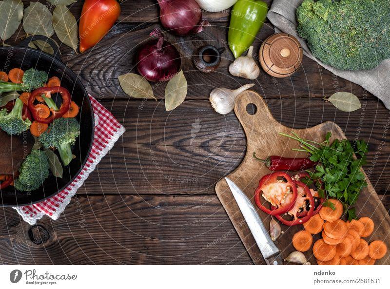 frische Karottenstücke, Brokkoli und roter Pfeffer Gemüse Kräuter & Gewürze Ernährung Essen Vegetarische Ernährung Diät Pfanne Gabel Tisch Küche Natur Pflanze
