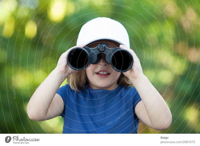 Kleines süßes Mädchen im Park, das mit einem Fernglas aussieht. Freude Glück schön Gesicht Leben Freizeit & Hobby Ferien & Urlaub & Reisen Camping Sommer Kind