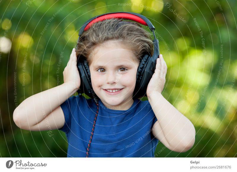 Kleines Mädchen mit Kopfhörer draußen Lifestyle Freude Glück schön Freizeit & Hobby Spielen Sommer Musik Kind Technik & Technologie Mensch Frau Erwachsene