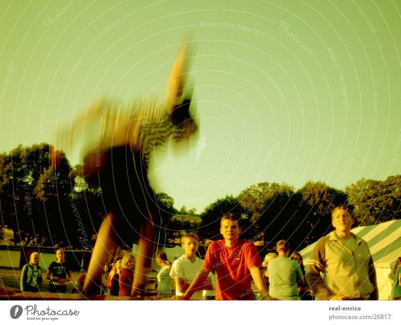 Trampolin springen Publikum in die luft springen Freude trendy move Bewegung